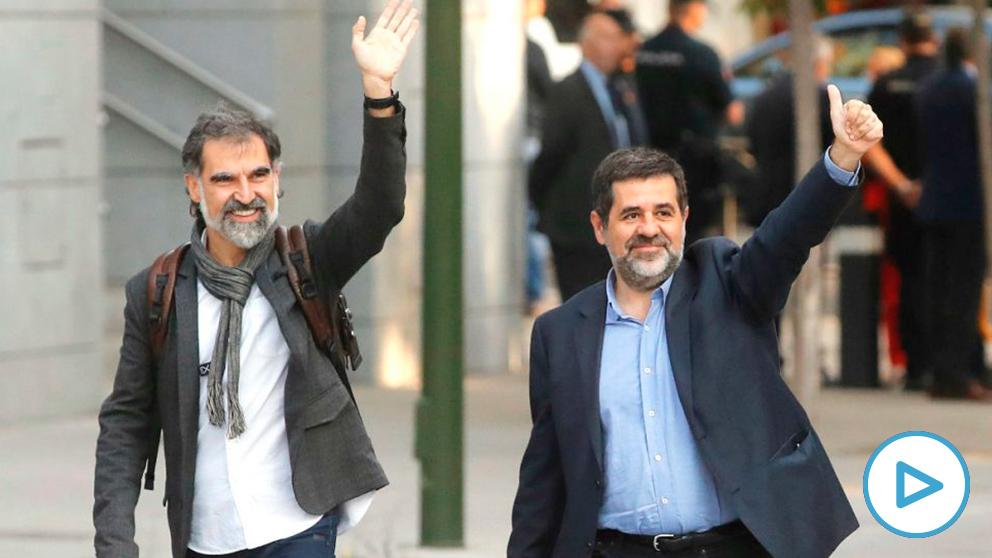 Jordi Cuixart (Òmnium) y Jordi Sànchez (ANC), a las puertas de la Audiencia Nacional antes de entrar en prisión. (Foto: EFE)