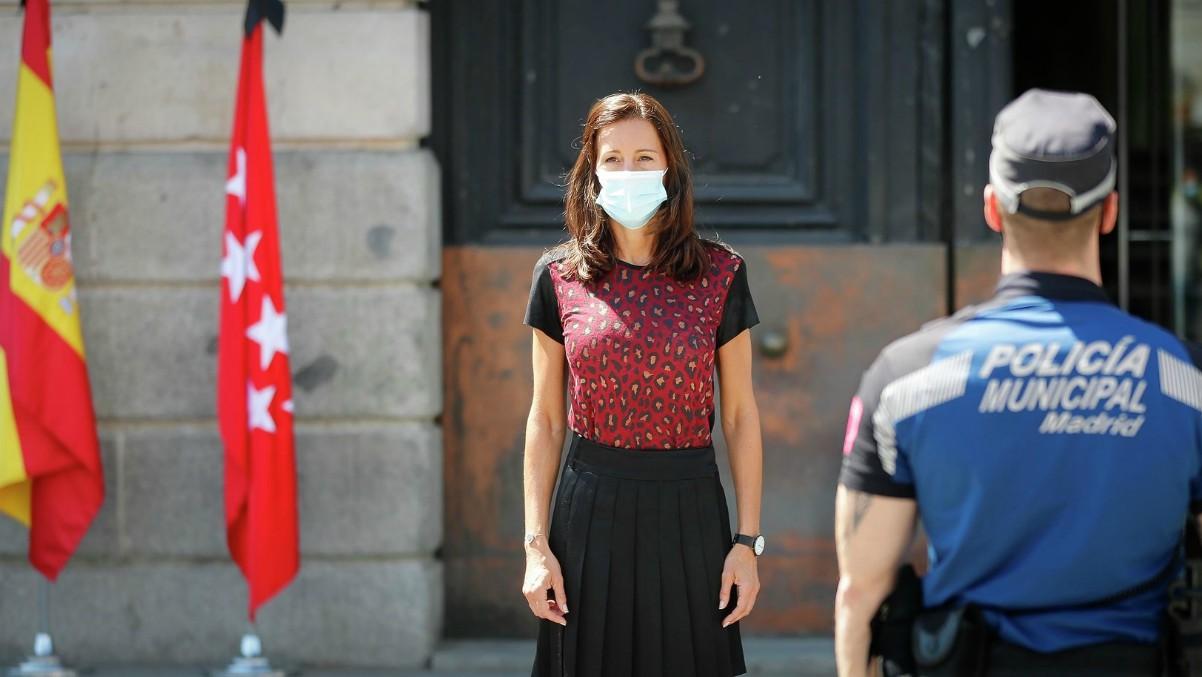 La consejera de Presidencia de la Comunidad de Madrid, Eugenia Carballedo, durante un minuto de silencio por las víctimas del Covid-19 en la Puerta del Sol. – (Comunidad de Madrid / Diegi Sinova)