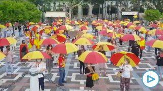 Los sevillanos inundan la ciudad de paraguas de España.