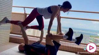 Iniesta y su mujer Anna Ortiz, entrenando.