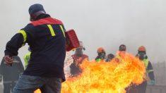Participantes en la manifestación del comité de empresa de Alcoa queman neumáticos, en Ribadeo (Lugo/Galicia) a 31 de mayo de 2020.