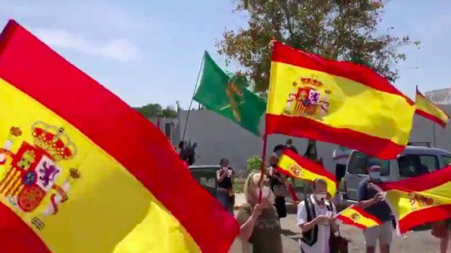 Homenaje matutino a la Guardia Civil en un municipio de Sevilla: espontáneo apoyo en plena purga