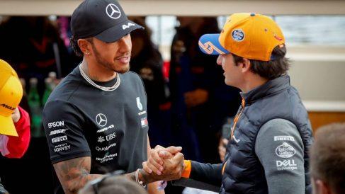Carlos Sainz saluda a Lewis Hamilton en un Gran Premio.