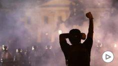 Una fila de agentes antidisturbios separa la Casa Blanca de los disturbios provocados por la muerte de George Floyd, un ciudadano negro, a manos de un agente de policía. Foto: AFP
