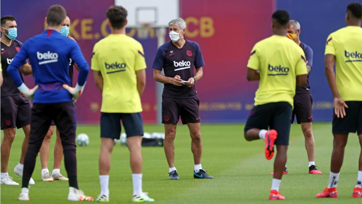 Setién da instrucciones a la plantilla del Barcelona en un entrenamiento. (fcbarcelona.cat)