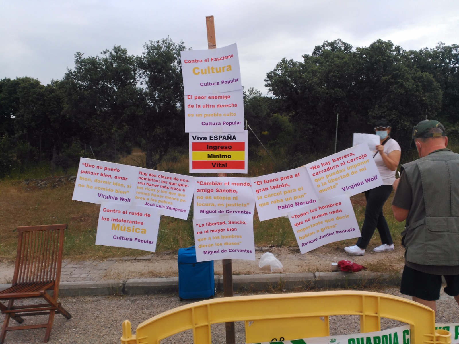 Bufones en la corte de Galapagar: miembros de Podemos se disfrazan en apoyo de Iglesias ante el casoplón