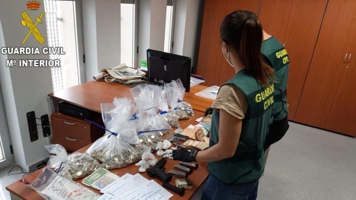 La Guardia Civil con lo requisado en la operación. (Foto: EP)