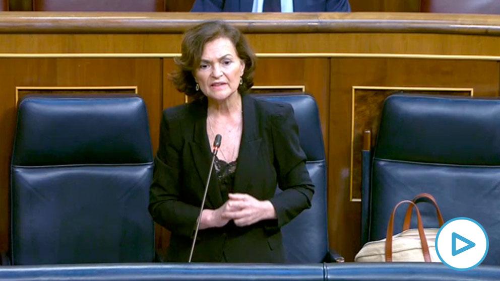 La vicepresidenta Carmen Calvo dirigiéndose a los populares Cayetana Álvarez de Toledo y Pablo Casado en el Congreso.