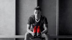 Ozil posa con unas botas Adidas.