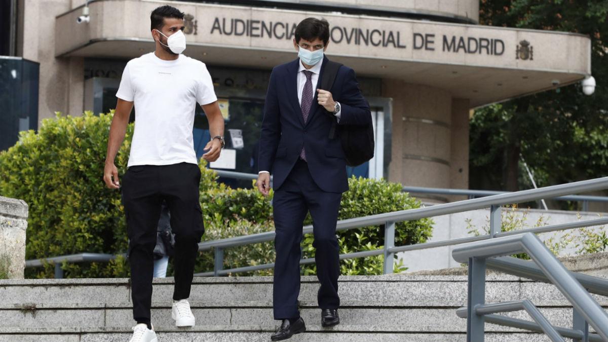 Diego Costa sale de la Audiencia Provincial con su abogado. (EFE)