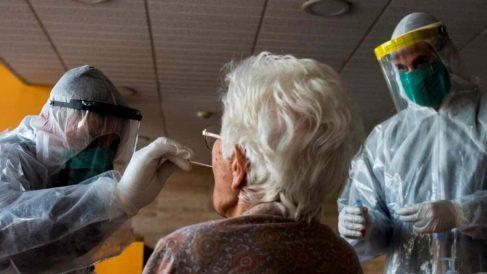 Prueba del COVID-19 a una anciana