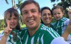 Juanma Linares, con su familia con camisetas del Betis.
