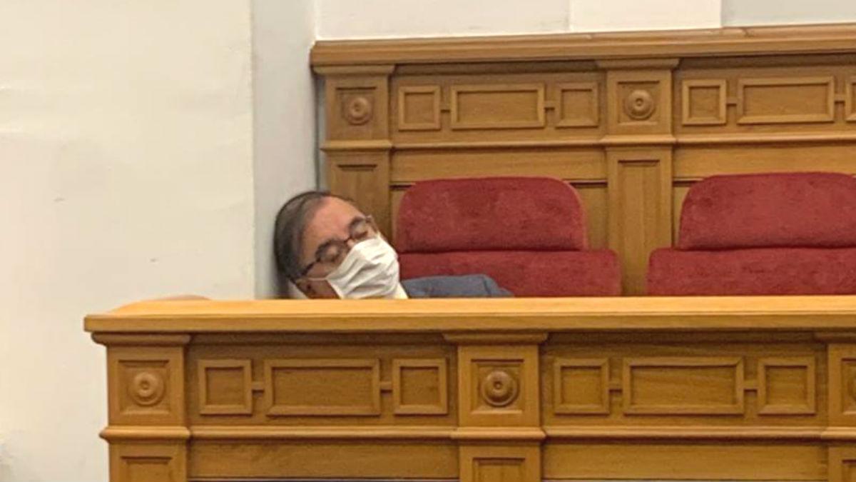 Fernando Mora, presidente del grupo parlamentario del PSOE en las Cortes de Castilla-La Mancha, echándose una cabezadita en su escaño de la cámara autonómica.