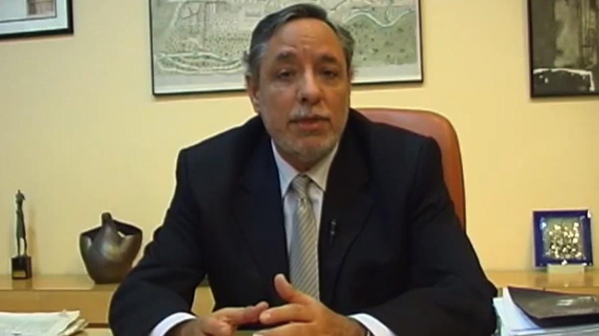 Julio Setién, en el despacho de alcalde de San Fernando de Henares.