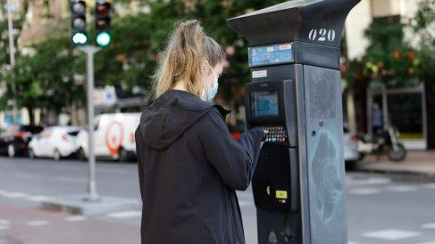 Una joven utiliza un parquímetro del Servicio de Estacionamiento Regulado (SER) de Madrid. Foto: EP