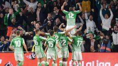 El Betis celebra un gol en un partido de Liga ante su afición (AFP).