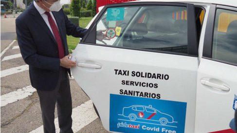 El consejero de Transportes de la Comunidad de Madrid, Ángel Garrido, junto a un cartel de covid free
