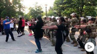 Militares bailan La Macarena.