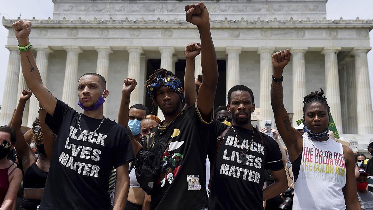 Manifestantes puño en alto ayer durante las protestas en Washington.