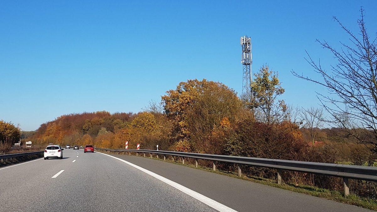 Una torre de telecomunicaciones en una carretera de Alemania.