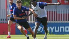 Marcos Llorente y Thomas pelean durante un entrenamiento del Atlético de Madrid. (atleticodemadrid.com)