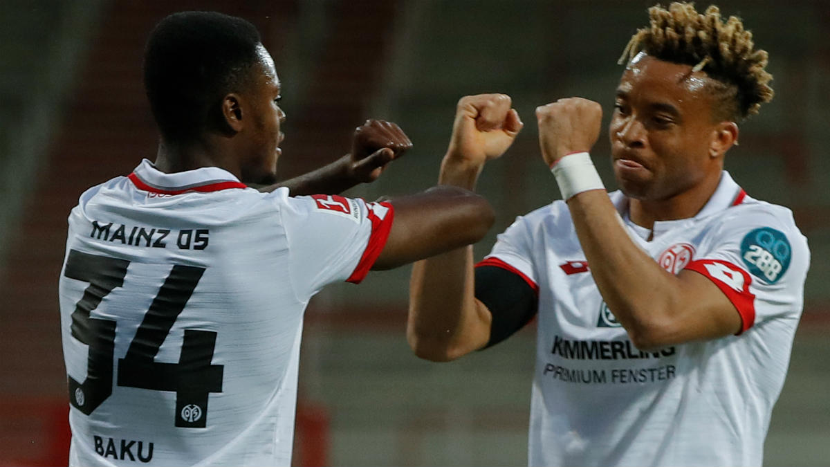 Kundé y Baku, jugadores de color del Mainz, celebran un gol. (AFP)