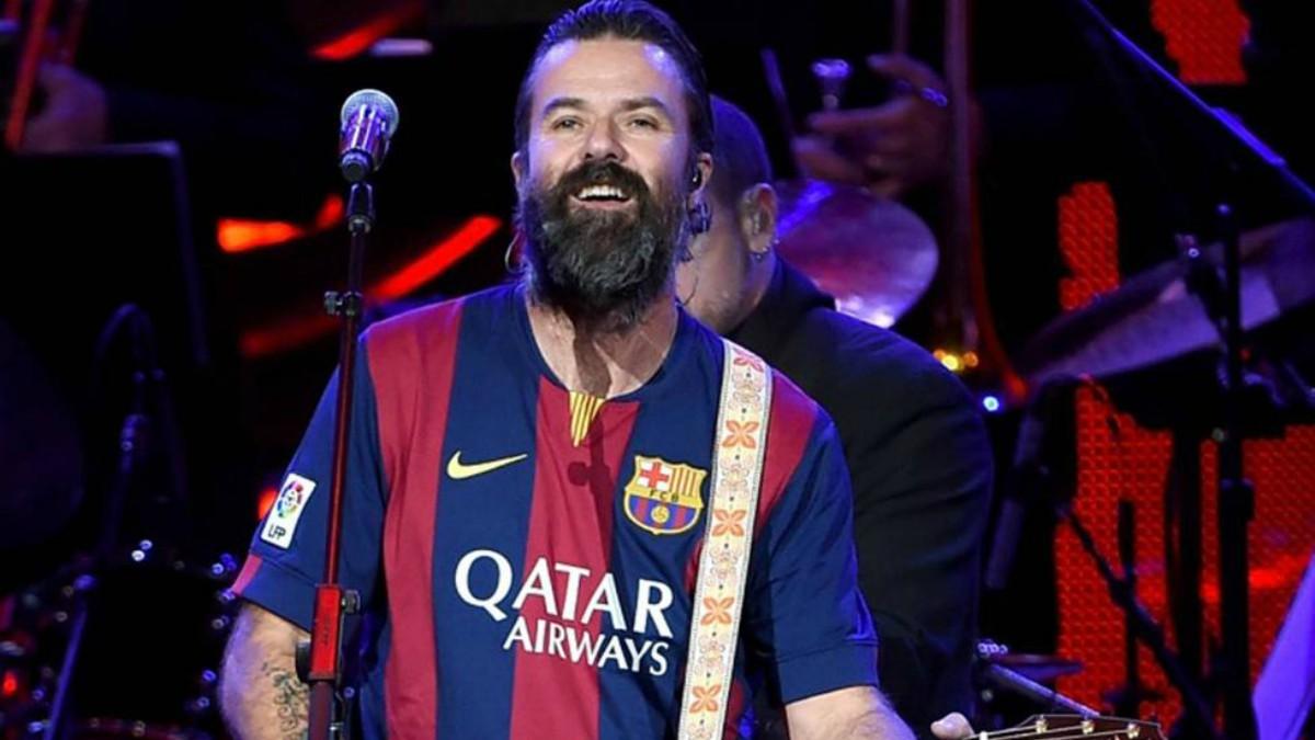 Pau Donés, en un concierto con la camiseta del Barça.