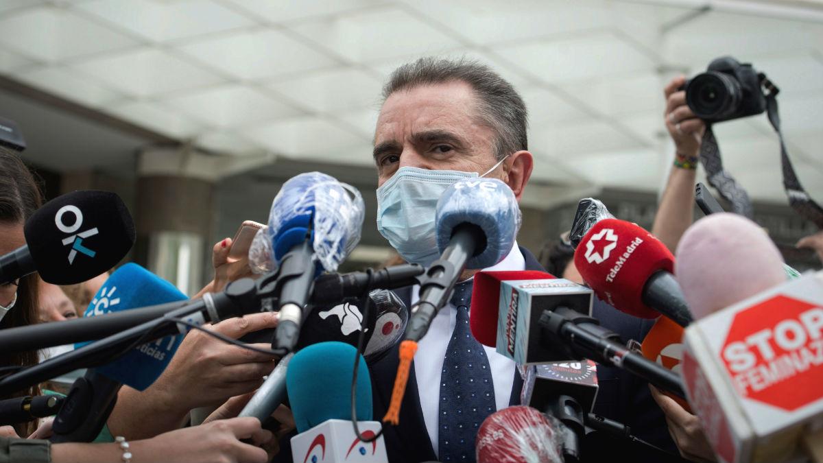 El delegado del Gobierno en Madrid, José Manuel Franco, atiende a los medios a su salida de los Juzgados tras declarar este miércoles como imputado ante la jueza que investiga la celebración de actos el 8M. (Foto: Efe)