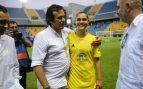 Kichi, en el Carranza con una jugadora del Cádiz Femenino.