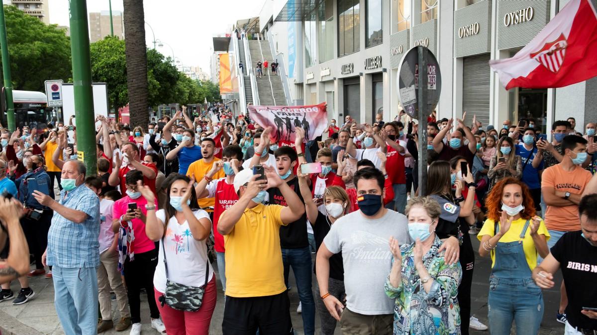 Cientos de aficionados del Sevilla se agolparon en los alrededores del Pizjuán. (EFE)