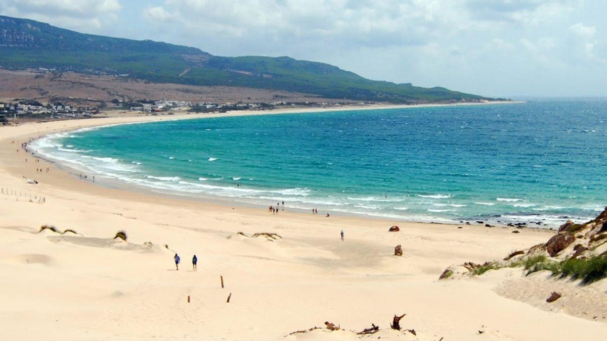 La Policía Local de Cádiz considera imposible cerrar las playas a las 21:30
