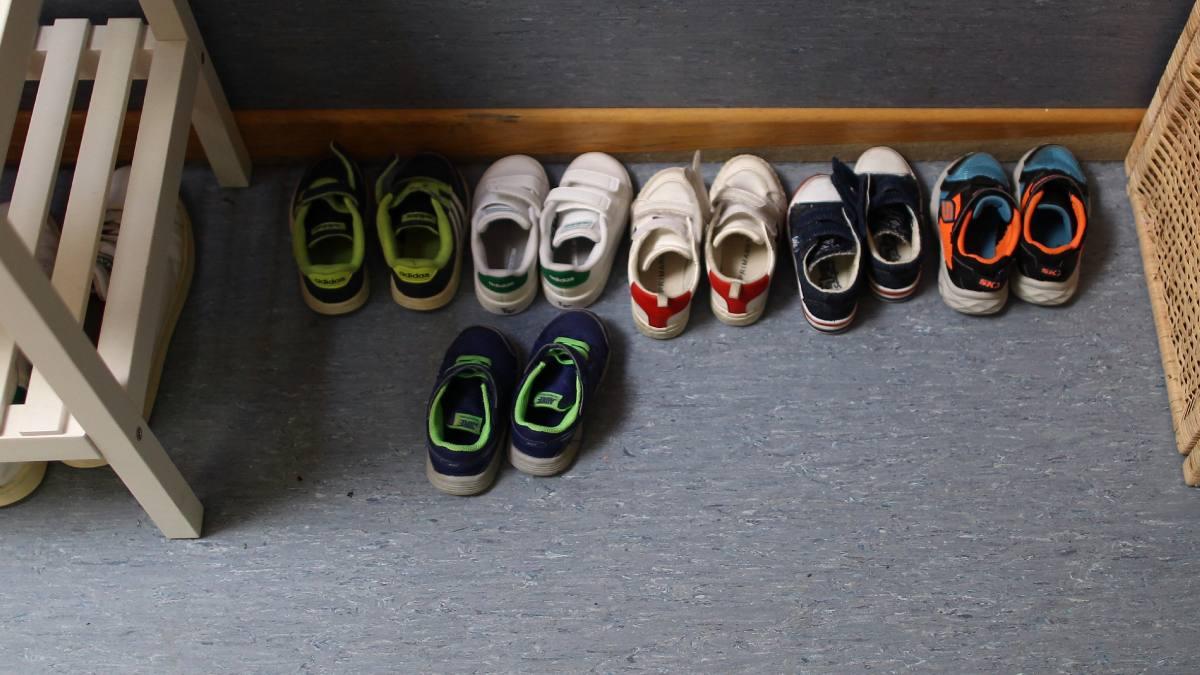 Zapatillas deportivas de niños en el aula de una escuela infantil madrileña. Foto: EP