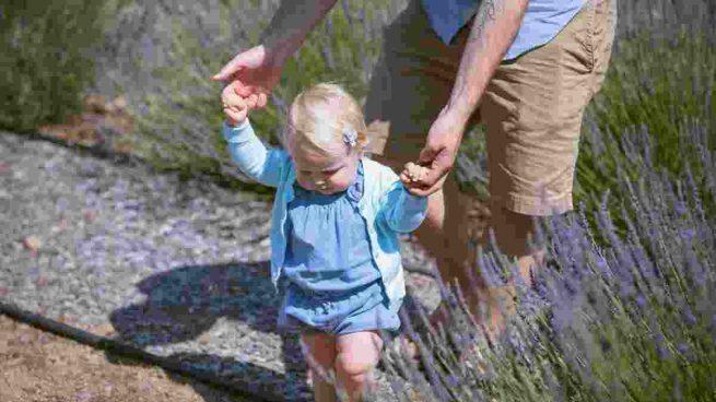 Ayudar a un niño a caminar