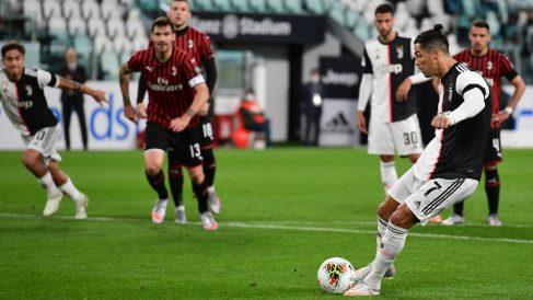 Cristiano lanza el penalti. (AFP)