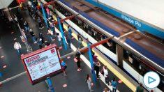 Usuarios de Metro y Cercanías de Madrid en el intercambiador de transportes de la estación de Príncipe Pío de Madrid. (Foto: Efe)