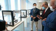 Juanma Moreno visitando unas instalaciones de realización de test