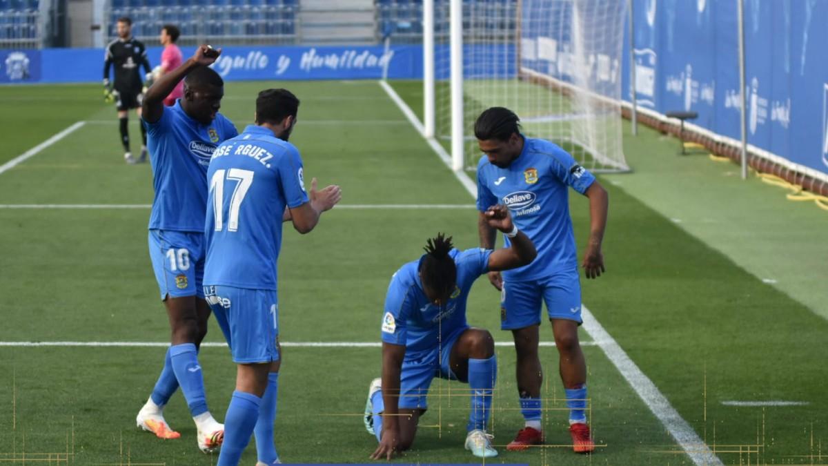 Sekou celebra el gol junto a sus compañeros. (CF Fuenlabrada)