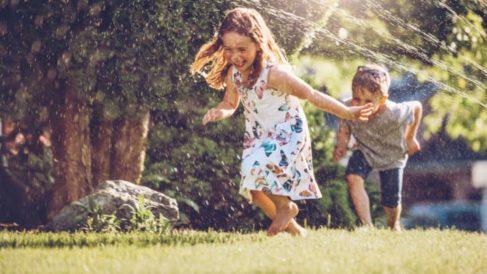 Descubre los mejores juegos para que los niños se refresquen este verano