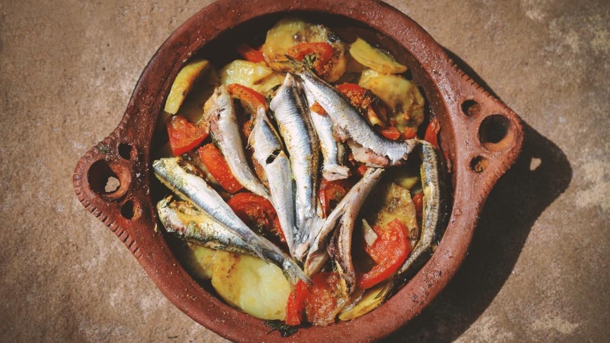 Boquerones con tomate y patatas al horno