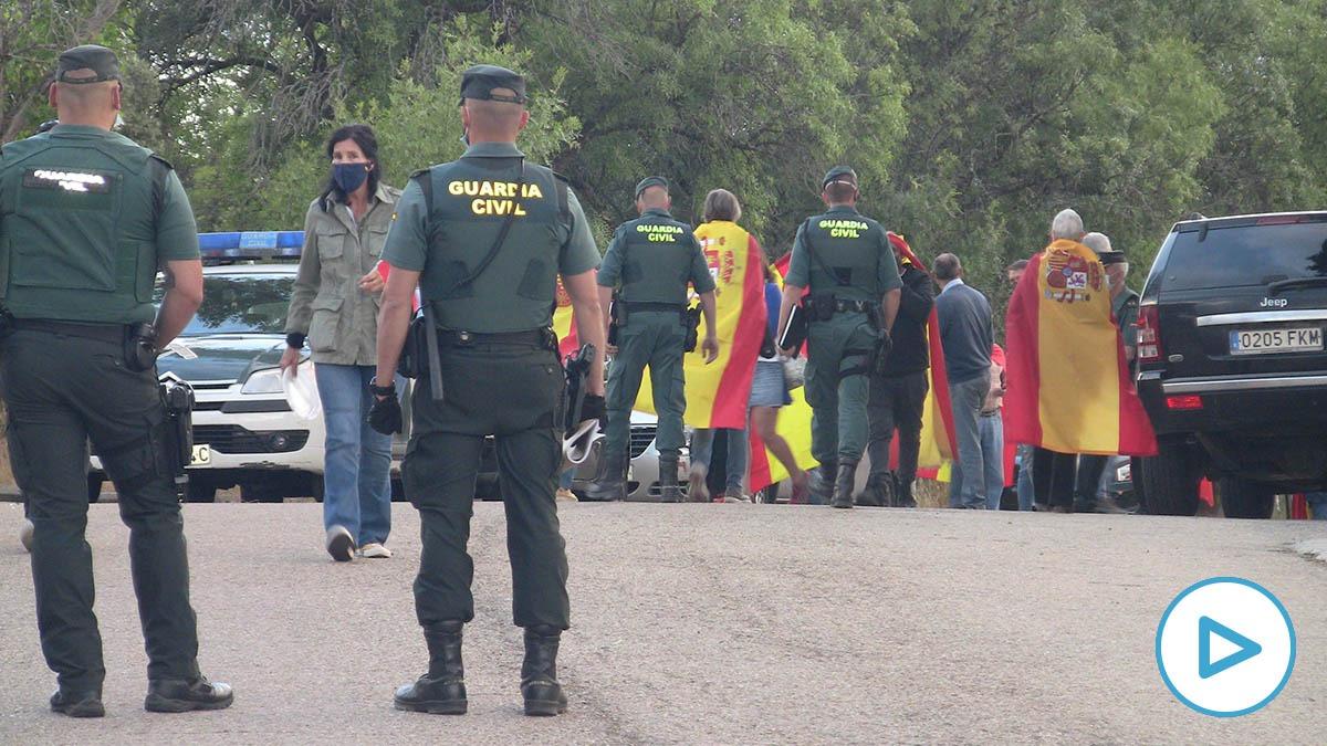 Manifestantes ante el casoplón de Iglesias y Montero en Galapagar.