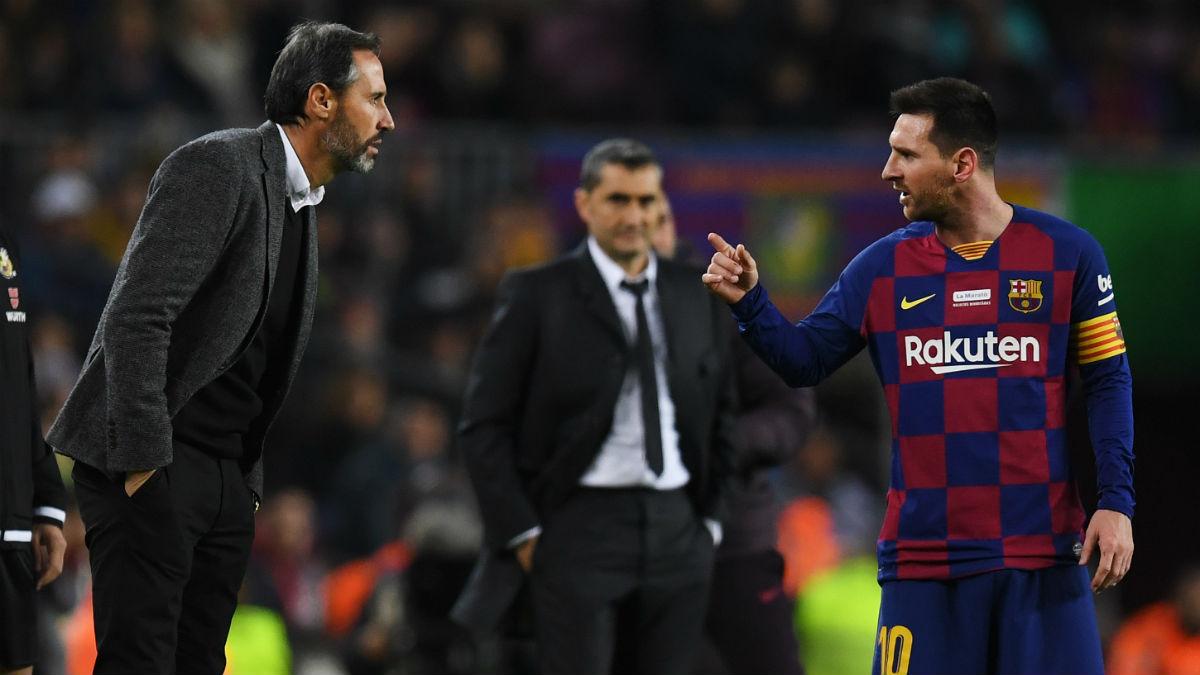 Leo Messi se dirige a Vicente Moreno. (Getty)