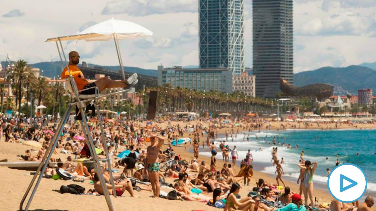 Aspecto de la playa de San Sebastián, en Barcelona, llena de gente, este sábado en el sexto día de la fase dos de la desescalada por covid. EFE/Marta Pérez
