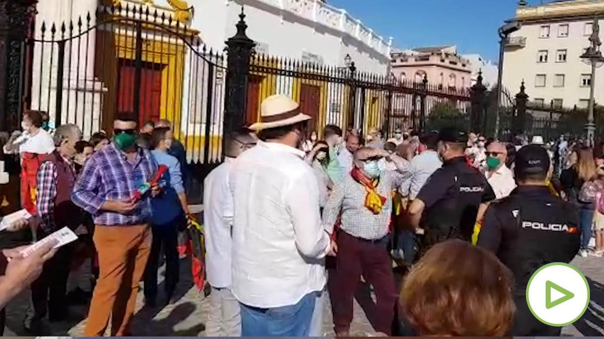 Policías buscan a los responsables de la manifestación.