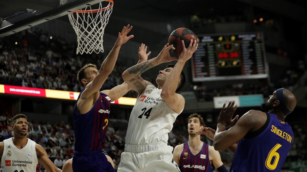 Gabriel Deck busca la canasta ante Kevin Pangos en un Madrid-Barça. (Getty)