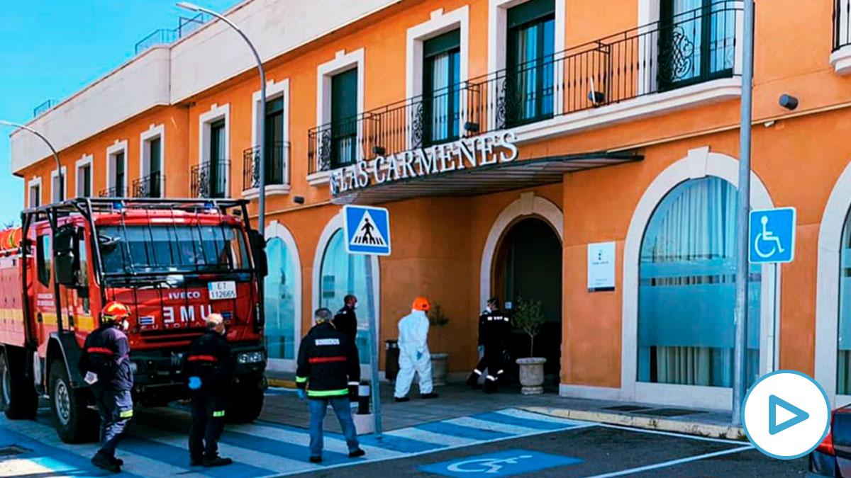 Personal de la UME entrando en la residencia de Las Cármenes en Ciudad Real (Foto: Ayto. Poblete)
