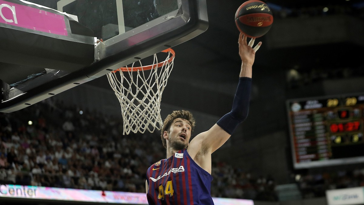 Ante Tomic intenta un mate con la camiseta del Barça Lassa. (Getty)