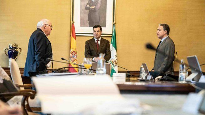 El presidente de la Junta de Andalucía, Juanma Moreno (centro), junto a los consejeros de Salud y Familias, Jesús Aguirre (i), y de la Presidencia, Administración Pública e Interior, Elías Bendodo (d), en una reunión del Consejo de Gobierno.