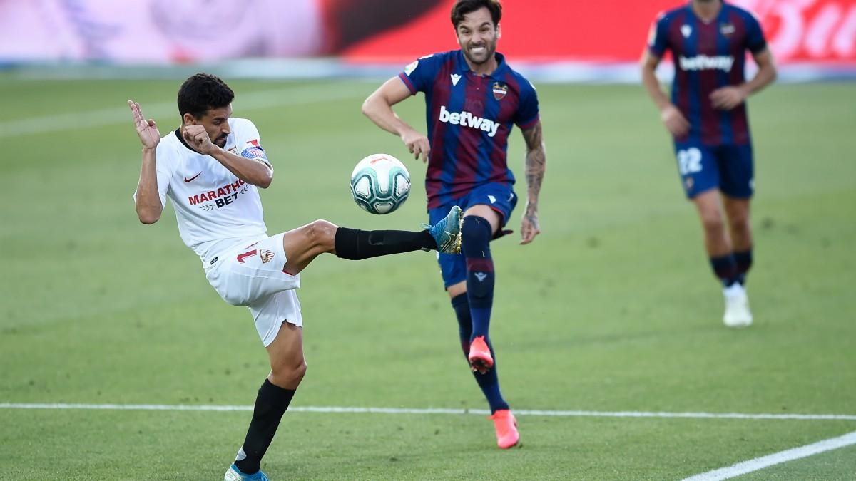 Jesús Navas intenta cortar un pase de Toño en el Levante-Sevilla. (AFP)