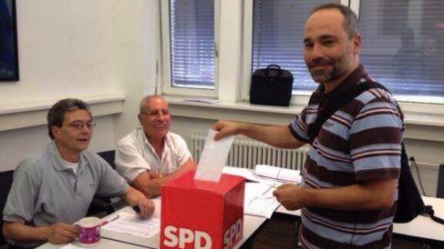 Raúl Gil votando desde Berlín en las primarias del PSOE.