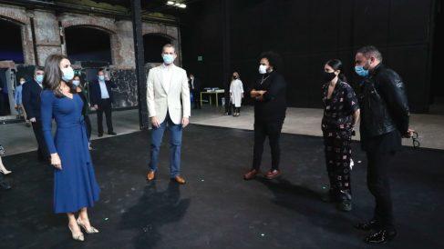 Los Reyes, durante su visita al Centro de Creación Contemporánea Matadero Madrid, donde mantuvieron un encuentro con representantes de la cultura. (Foto: Europa Press)